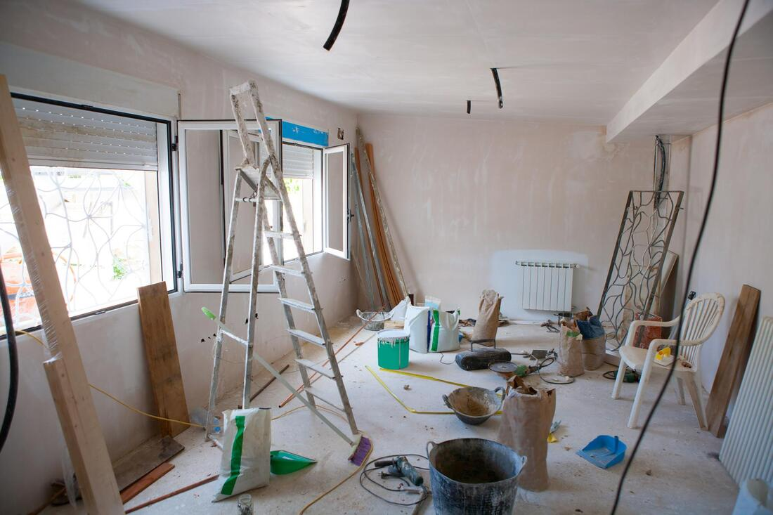 professional drywall worker doing popcorn ceiling removal